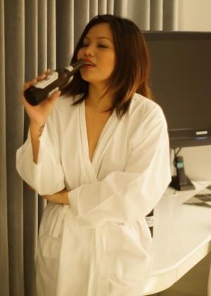 Малайзийская модель Паулина Тан пьет пиво
