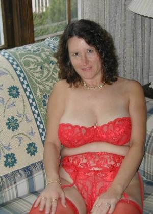 Зрелая Яна из Массачусетса одевает различное нижнее белье