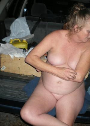 Пожилая пьяная Сюзи на пикнике