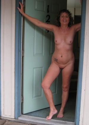 Женщины встречаются с несколькими любовниками в номере отеля