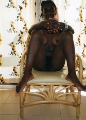 Милая африканка из Сенегала с очень пушистой пиздой