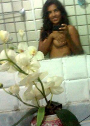 Селфи в ванной девушки из Шри-Ланки