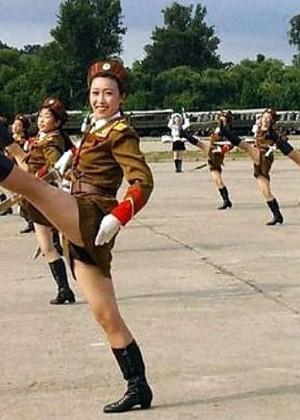 Северокорейские девушки в военной форме