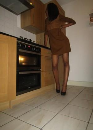 Стройная девушка из Сомали позирует в нижнем белье и показывает большие сиськи