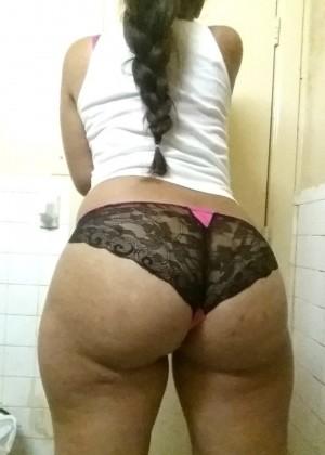Пуэрториканская женщина приняла душ и делает селфи