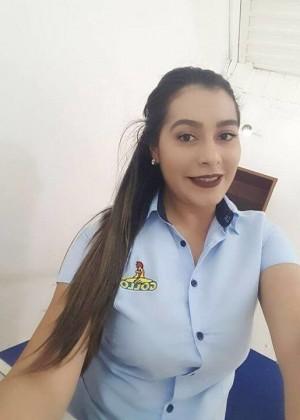 Сексапильная женщина из Коста-Рики показывает сиськи и пизду
