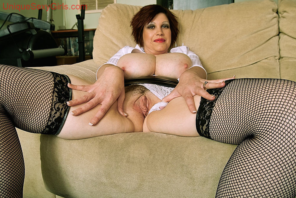 Тетя в чулках пальчиком пизду — pic 7