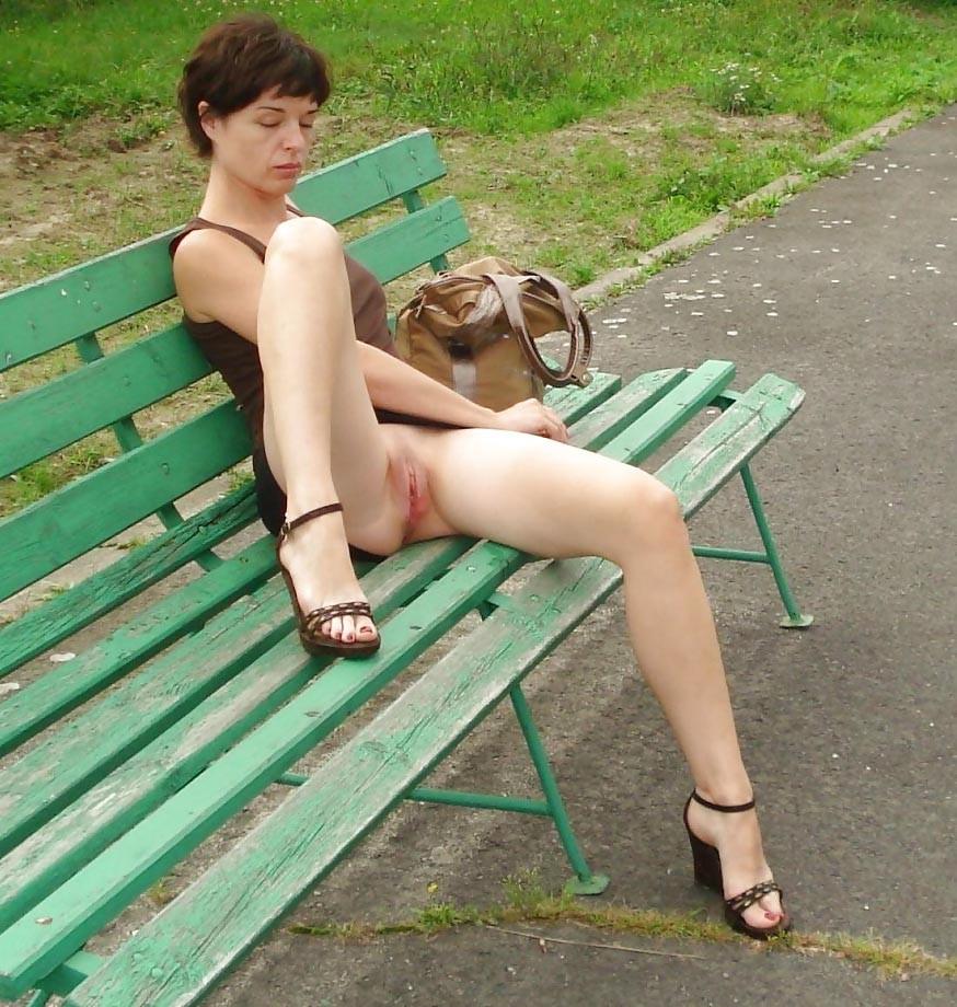 частное фото порно девушка на лавочке без трусиков торопливо