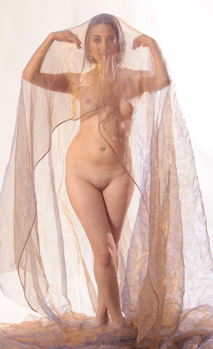 Студийные фото красивой непрофессиональной модели