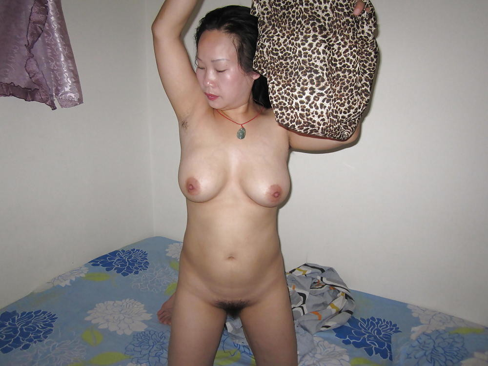 Пожилая азиатка показывает сиськи и трогает член