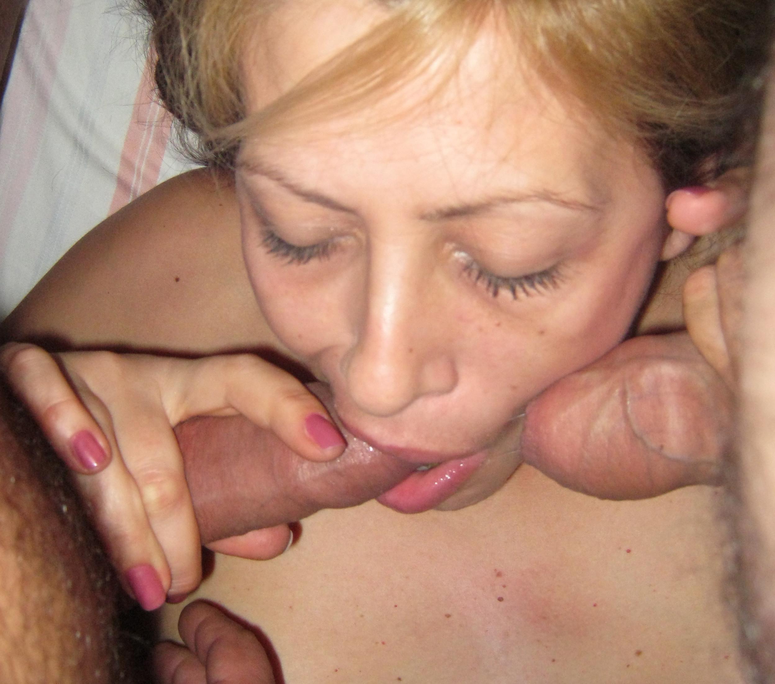 Приватное жена сосет у двоих