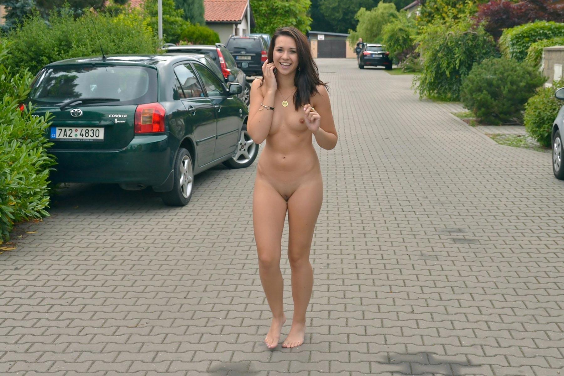 Видео голая гуляет на улице