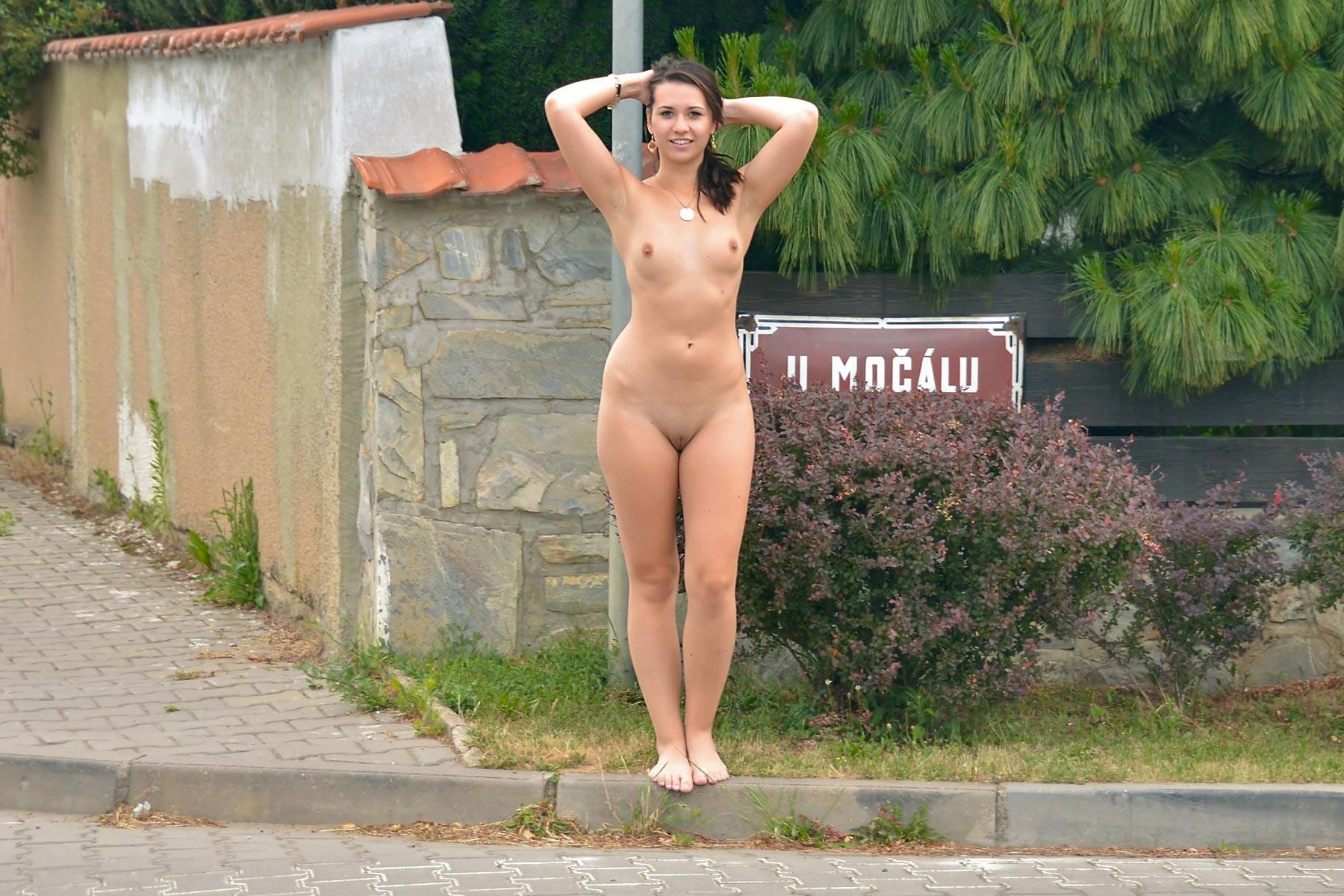 наши девки голые на улице видео