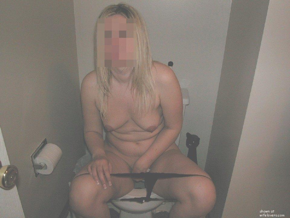женщина в возрасте в туалете чистой