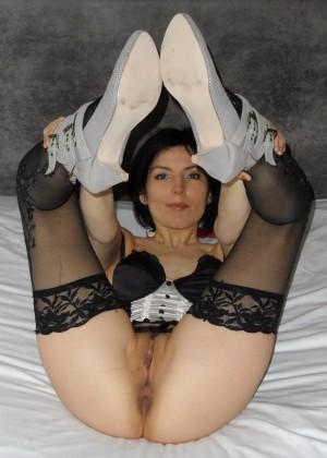 Задрав ножки, гибкие телки показывают дырочки - компиляция 14