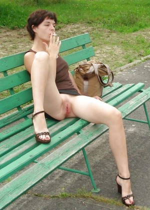 В короткой юбке без трусов гуляет по парку
