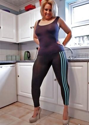 Женщина с округлыми формами в обтягивающей спортивной одежде