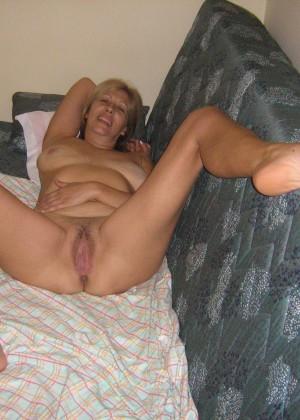Жена раздвинула ноги в номере отеля