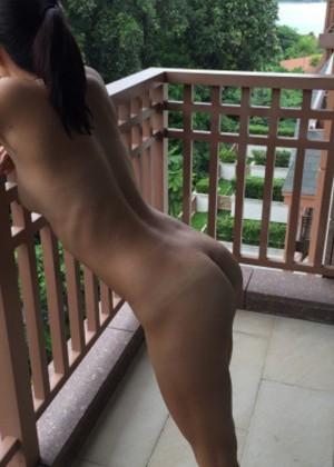 Вышла на балкон гостиницы голая