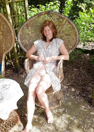 Пожилая Кэти раздвигает ноги