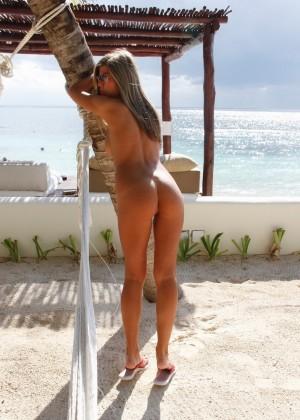 Загорелая телка показывает свое изумительное голое тело