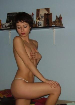 Красивая коротковолосая голая итальянка