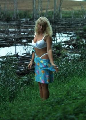 Зрелая блондинка с хорошим телом обнажилась на природе