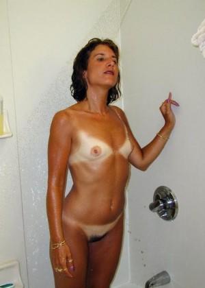 Плоская загорелая женщина в оранжевом купальнике