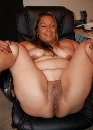 Пожилая мексиканская пышка голая на работе и дома