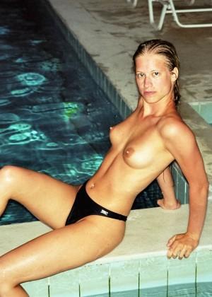 Блондинка на отдыхе топлесс