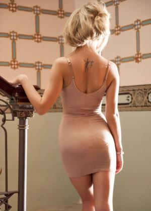 Блондинка в обтягивающем платье показала сиськи