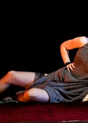 Натали Дормер в чулках на сцене