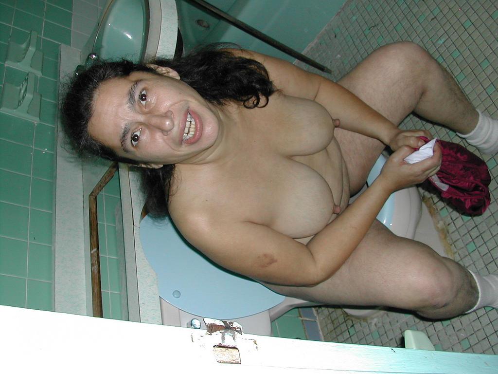 женщина в возрасте в туалете лег