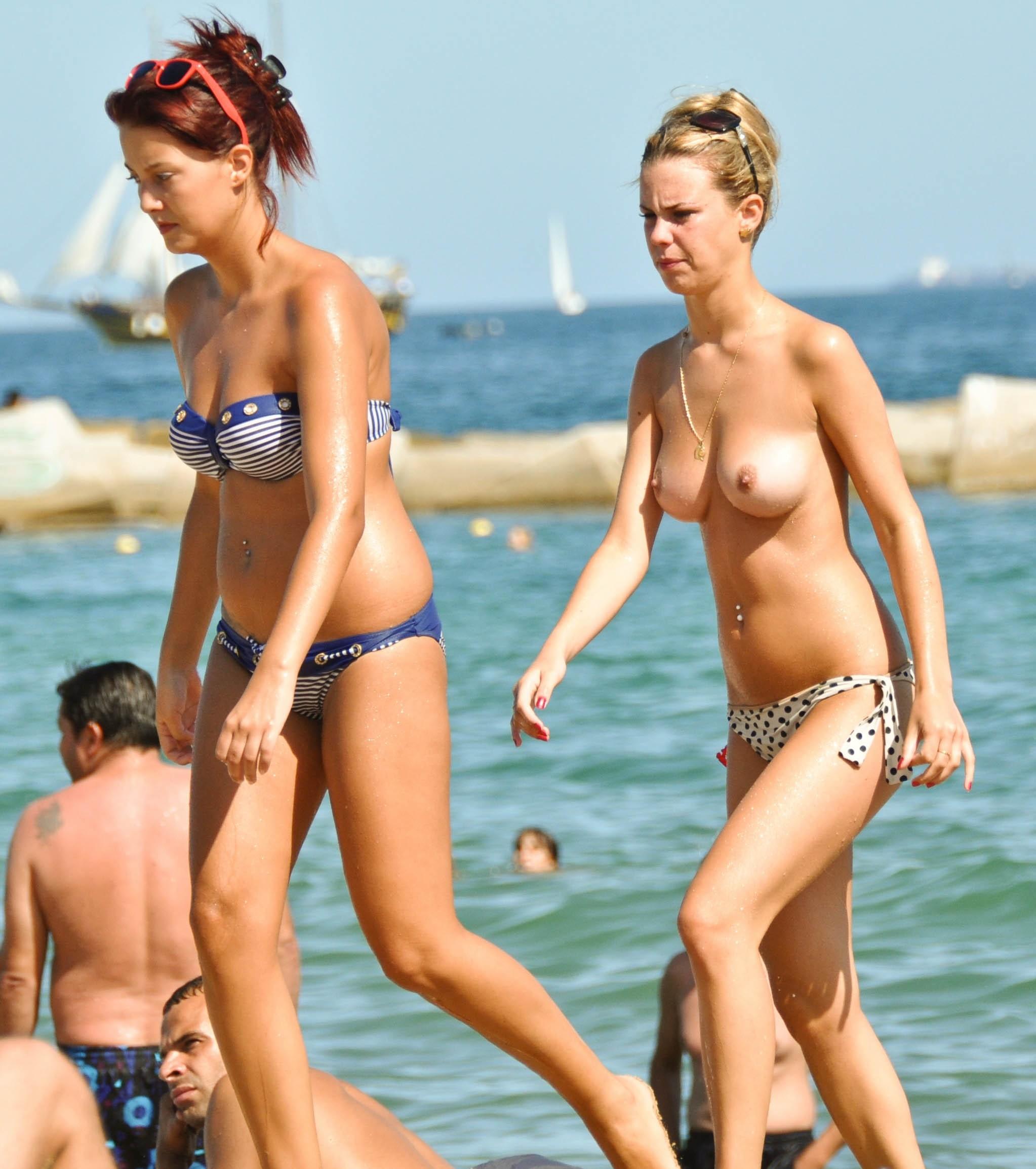 Сиськи в бикини (топлесс на пляже)- компиляция 16