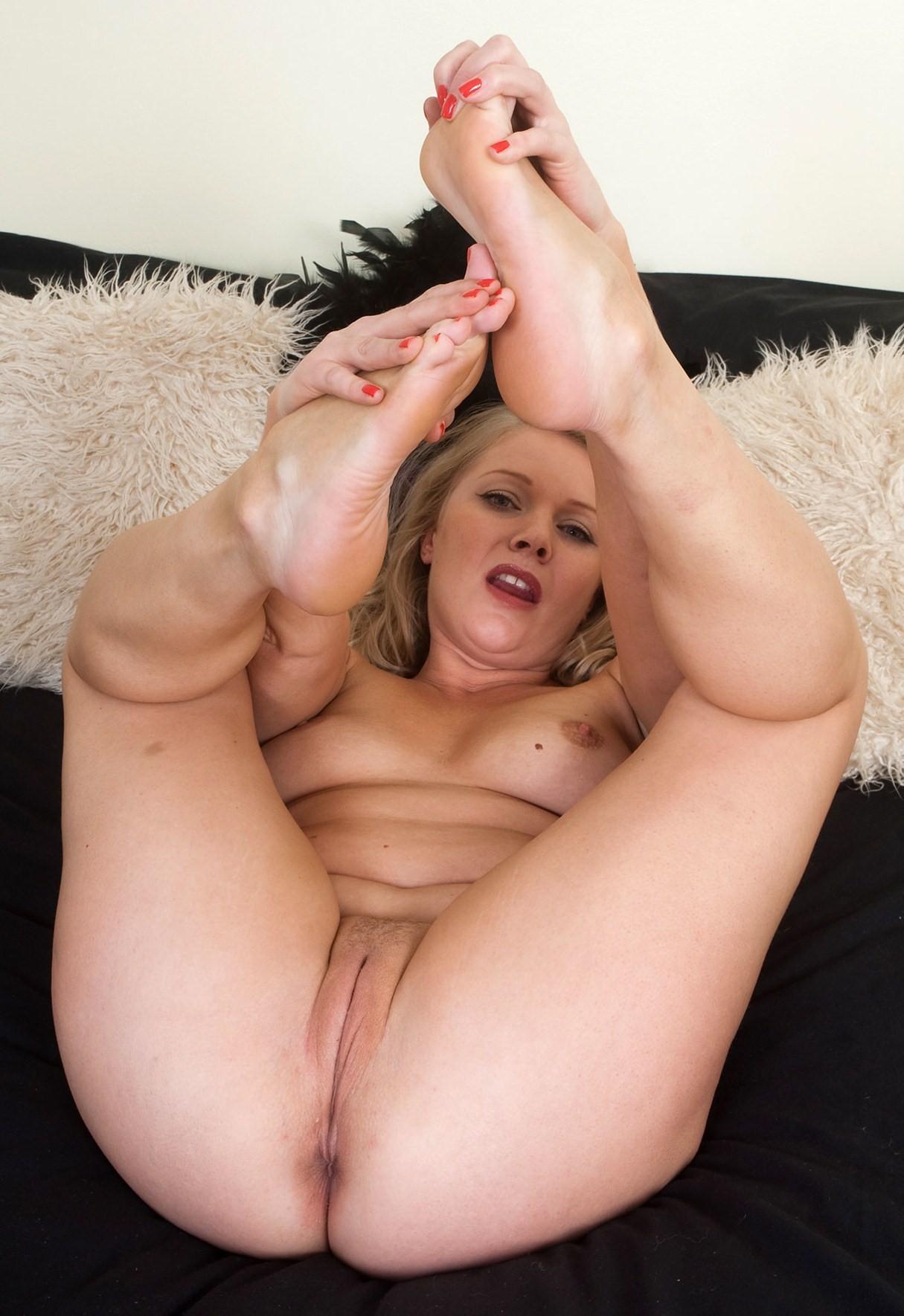 Задрав ножки, гибкие телки показывают дырочки - компиляция 18