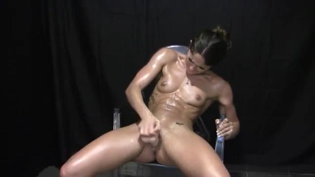Мускулистая фитоняшка испытывает оргазм трахая себя дилдом