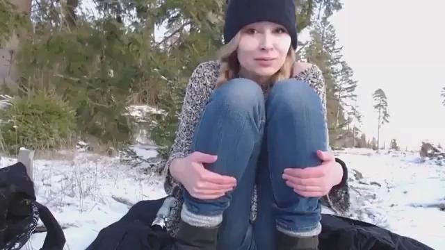 Мастурбация в зимнем лесу