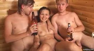 Пьяный МЖМ секс с русской девушкой в сауне