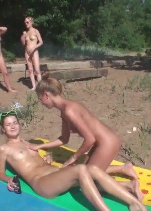 Лесби групповуха русских девушек на пляже