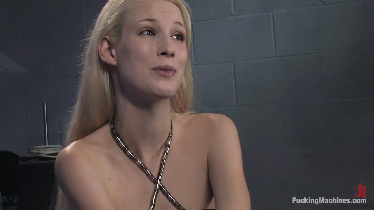 Блондинка трахается с секс машиной до полного изнеможения