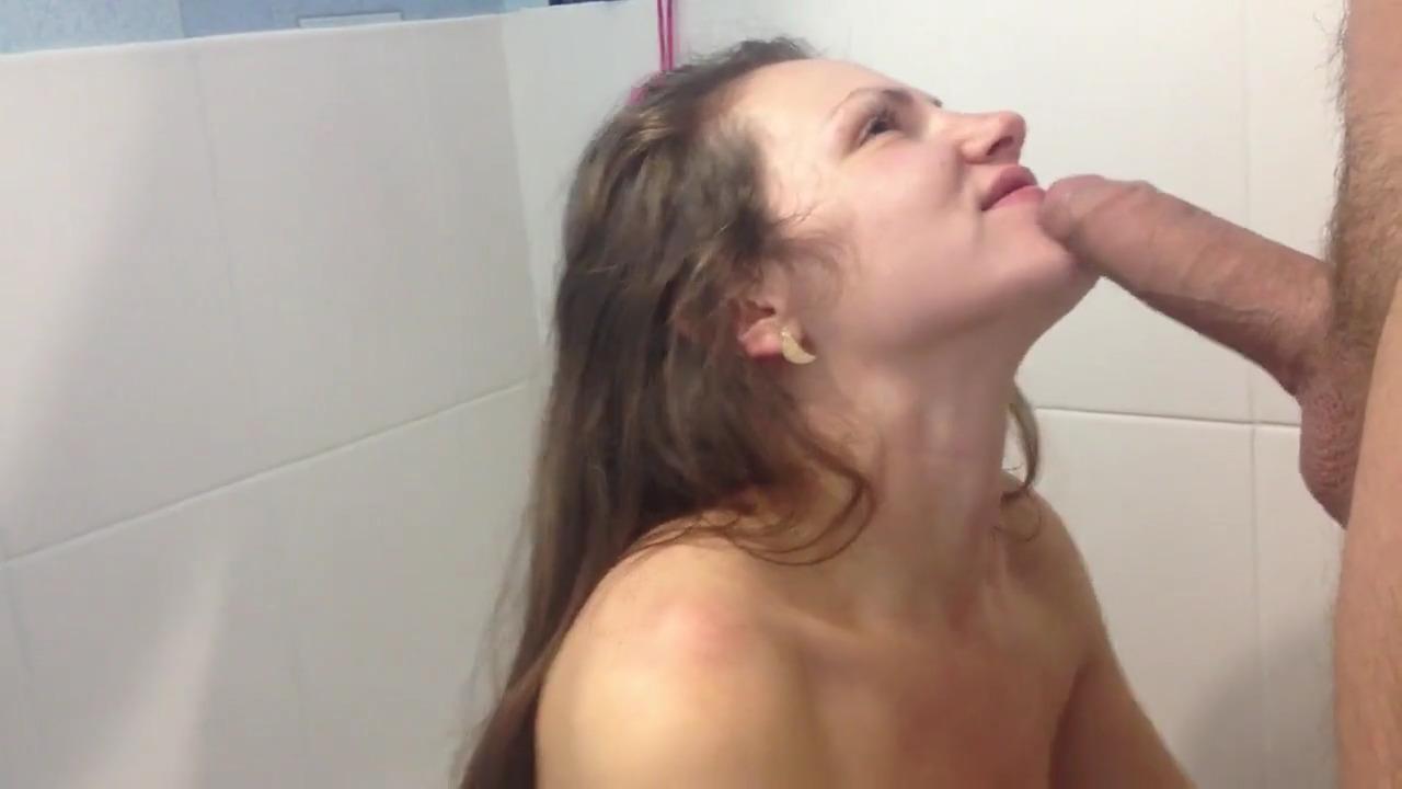Девушка с плоской грудью нежно сосет хер в ванной