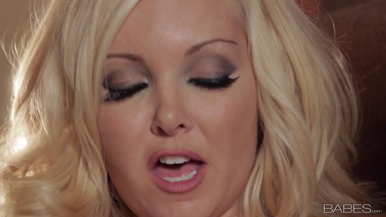 Блондинка Aaliyah Love ласкает свою киску
