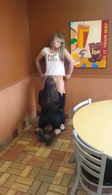 Девушка лижет у подружки в кафе