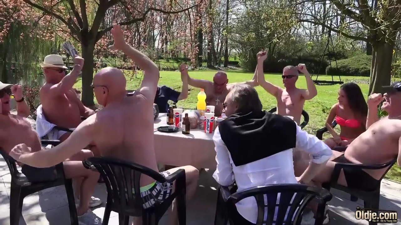 Толпа пьяных стариков трахает во все дырки молодую красотку