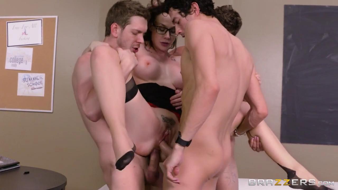 Три студента ебут Chanel Preston