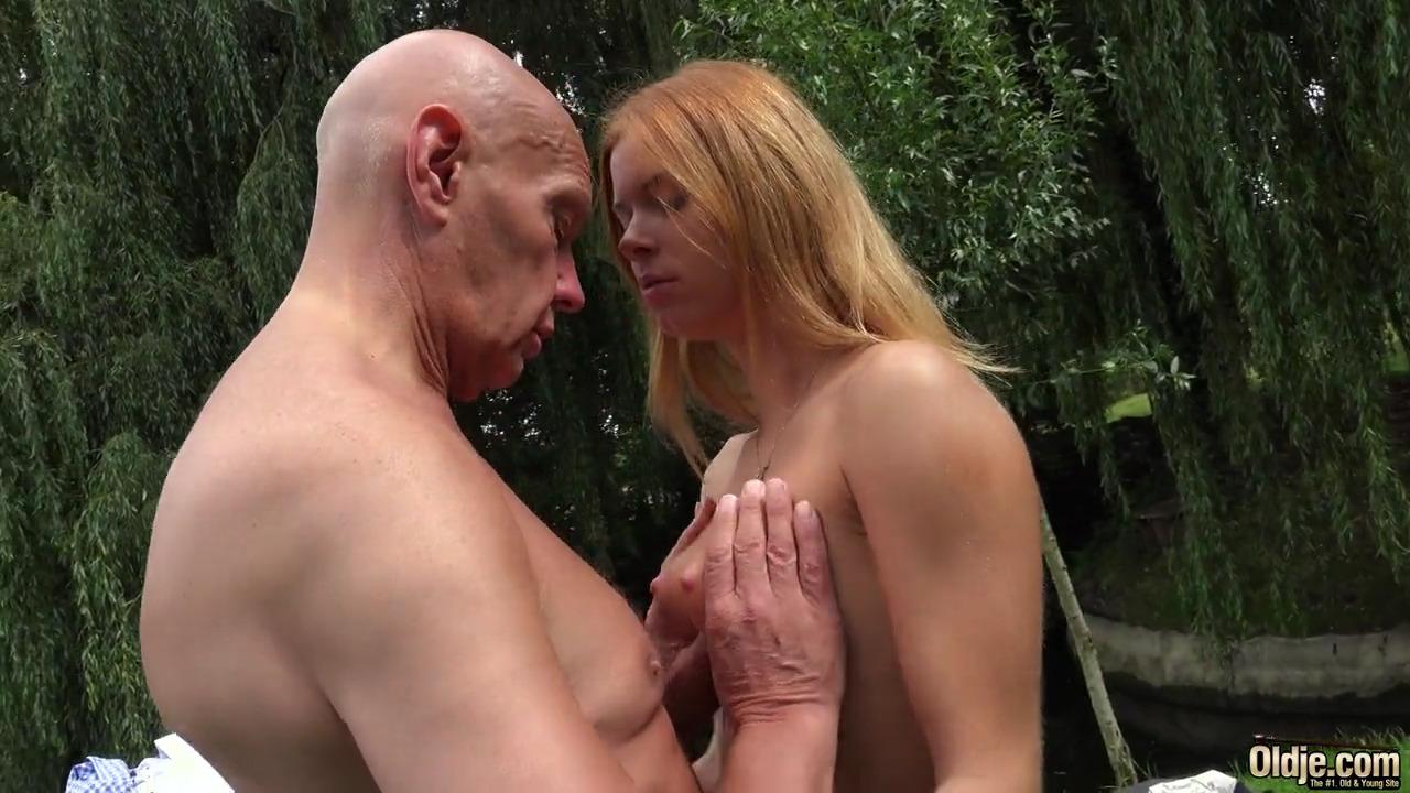 В красивом лесу пожилой мужик выебал рыжую молодку