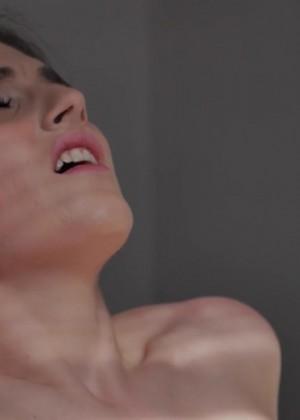 Кайфует когда язык в ее киске