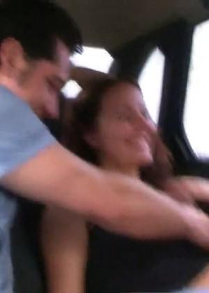 Сняли сучку и тут же трахнули по-очереди на заднем сиденье авто