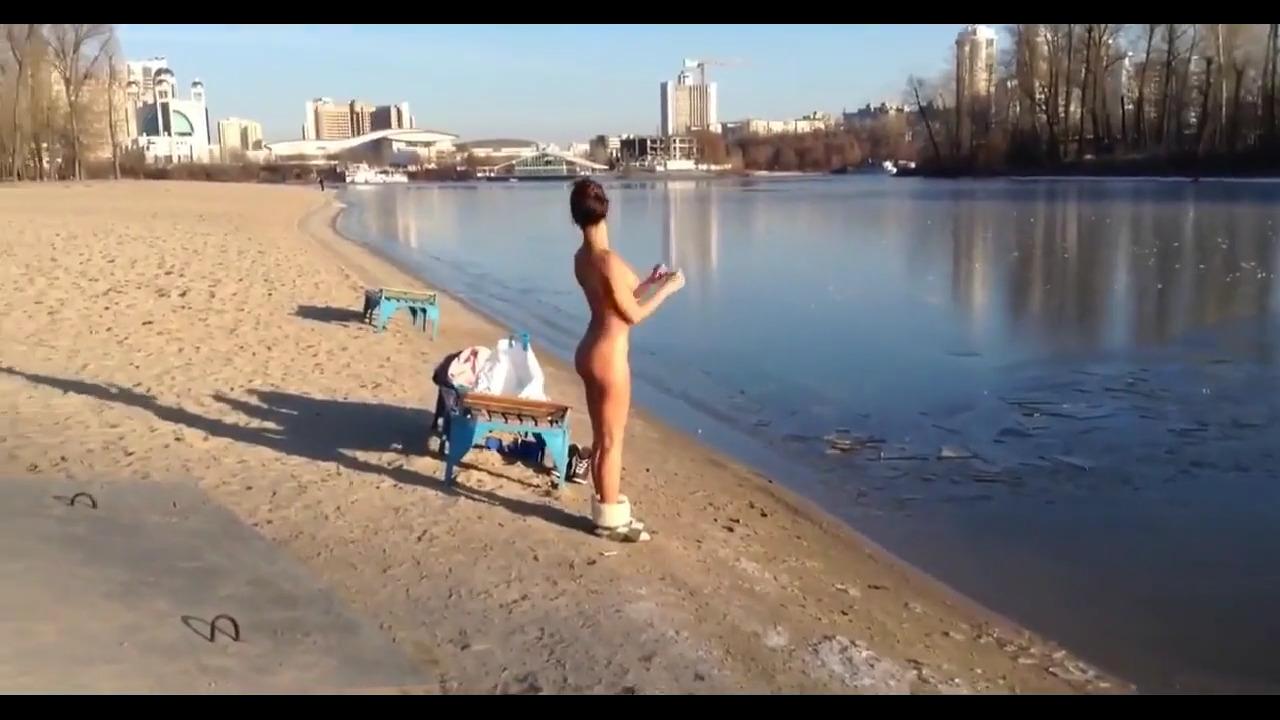 Стройная девушка искупнулась зимой в речке