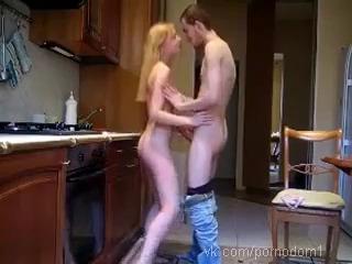 Молодежь снимает свое домашнее порно на кухне